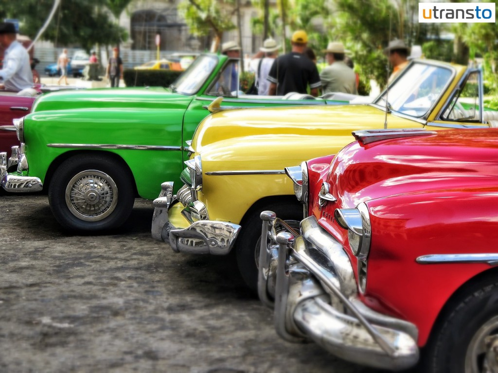 Cuban cars in red yeloow green