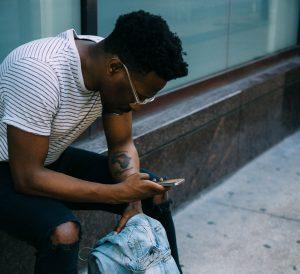 Mann wartet auf Anruf